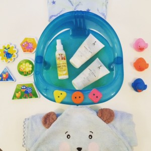 Flatlay op purememama (Instagram) van alles wat je nodig hebt voor een heerlijke baddertijd voor je kleintje!